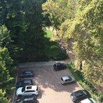 Il parcheggio esterno adiacente al bellissimo parco naturale.