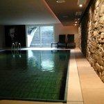 la piscina...dalle scale si sale alla zona solarium