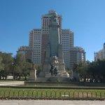 Plaza Espana met het monument for Cevantes, met op de achtergrond het kantoor van Franco
