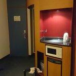 Cocina y a la izquierda cabina de inodoro