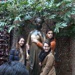 みんなが銅像と記念撮影したくてひしめきあっていました。
