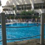 Zwembad vanaf het terras bij de poolbar
