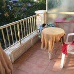 La petite terrasse est plutôt sympa, vu le prix !