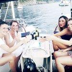 in barca a vela con le amiche