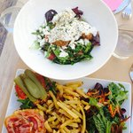 Burger et salade grecque