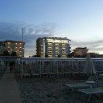 вид на отель с пляжа 110 (Ca Bianca слева)