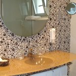 Baño con decoracion muy moderna