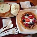 Sopa de caranguejo no pão e waffle de frutas