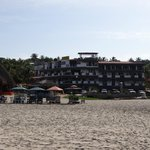 Hotel visto da beira da praia.