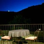 dîner du soir couché de lune vue sur les falaise des gorges de l'Ardèche