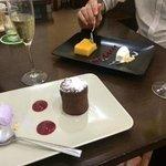 Coulant de chocolate con helado de violetas y Tocinillo de cielo, fresas y yogur.Cava Parés Balt