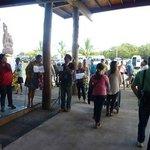 Pessoas aguardando seus hóspedes no aeroporto