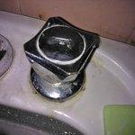 La mugre pegada en la pileta del baño