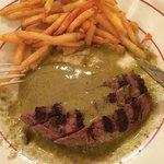 Des frites sur-cuites, 3-4 malheureuses tranches de boeuf, une sauce verte grasse a souhait.