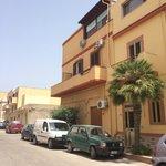 Esterno dell'albergo, è in una via parallela di Via Roma, la via principale