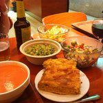 Empanada, ensaladas y gazpacho