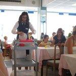Официантка в столовой