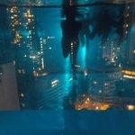 vue de nuit de l'intérieur de la piscine