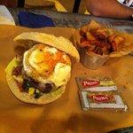 Un mangar de hamburguesa