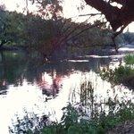 Tramonto sul fiume che scorre a ridosso del camping.
