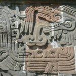 Рельеф на стене храма Пернатого Змея