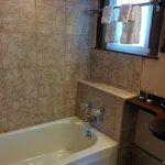 Haight room shower/tub