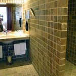 Bathroom: spacious shower corner on the right side