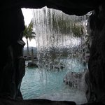 Blick durch den Pool-Wasserfall