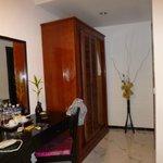 Habitación con placard, escritorio, tv, frigobar