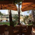 Blick vom Poolrestaurant auf den Pool und das Hotel