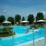 la splendida piscina del villaggio