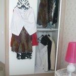 l'armoire avec mes habits en dehors....