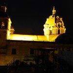 Vista nocturna a iglesia San Pedro Claver desde la piscina
