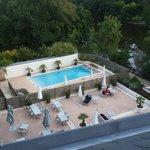 vue sur la piscine et la terrasse d'en haut