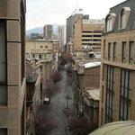 """Vista da rua que corta os dois """"blocos"""" do hotel. Cordilheira ao fundo"""