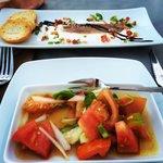 Tapa de tomates con la bebida y sardina ahumada con mazamorra