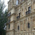 Lateral de la fachada principal, con la torre
