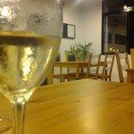 Cosa de vino blanco, bueno y refrescante.