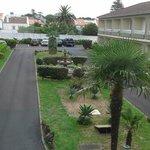 Vista del patio central del hotel con el parking gratuito al fondo