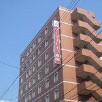 赤い看板のホテル