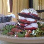 Piramide di mozzarella, pomodoro e melanzane grigliate su letto di rucola