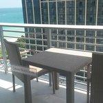 Balcón con la mesa para desayunar