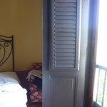 espacio entre la ventana y la otra cama