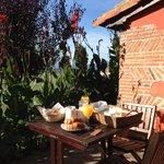 Desayuno en la terraza de la habitación