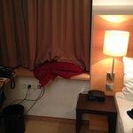 Tagesdecke aufs Fensterbrett geknallt statt aufs Bett (polnische Putze)