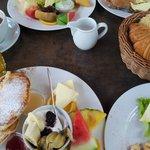 Frühstück saftig süß und Rührei mit Schinken