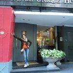 Em frente do hotel UNIQUE!! Minha filha!!