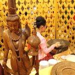 สาวทำขนมเบื้อง.... ในแบบพม่าไม่มีครีมเหมือนของพี่ไทยนะคะ มีน้ำตาลและมะพร้าว รสชาติประมาณนั้น