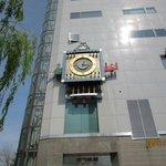 道路を挟んだビルのからくり時計