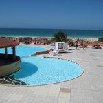 Großer Pool mit Blick zum Strand